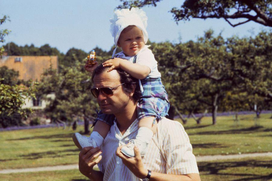 La princesse Madeleine de Suède avec son père le roi Carl XVI Gustaf, le 29 juin 1983