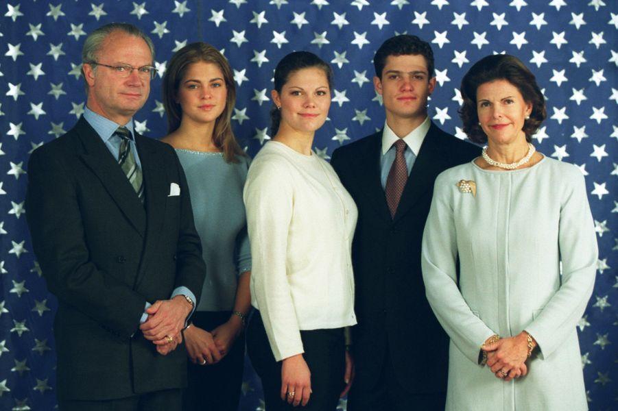 La princesse Madeleine de Suède avec ses parents, sa soeur et son frère, le 30 décembre 1999