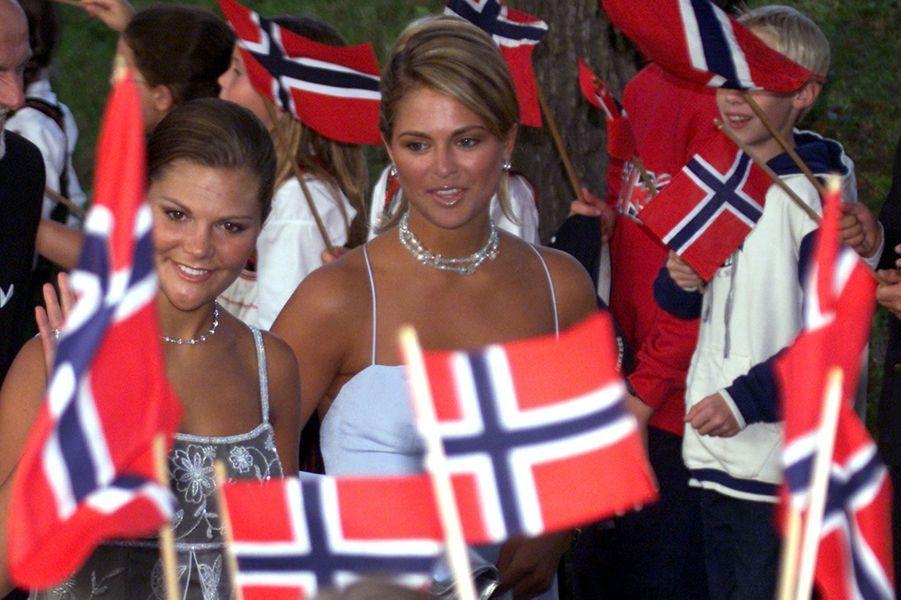 La princesse Madeleine de Suède avec sa soeur la princesse Victoria, le 24 août 2001