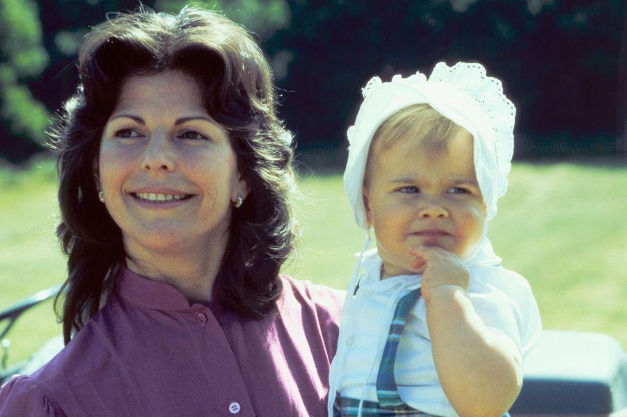 La princesse Madeleine de Suède avec sa mère la reine Silvia, le 29 juin 1983