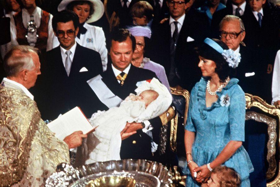 La princesse Madeleine de Suède avec ses parents le jour de son baptême, le 1 août 1982