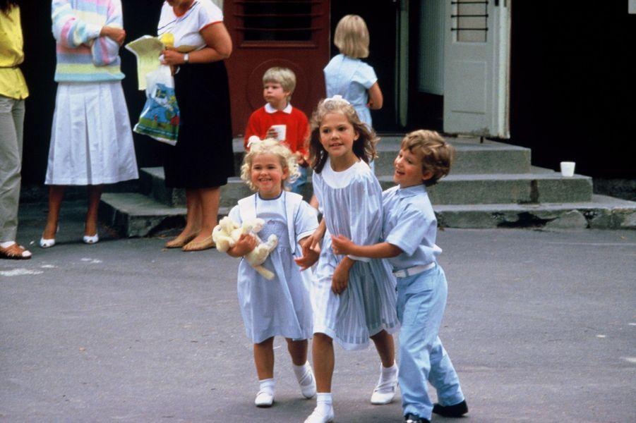 La princesse Madeleine de Suède avec sa soeur et son frère, le 19 août 1985