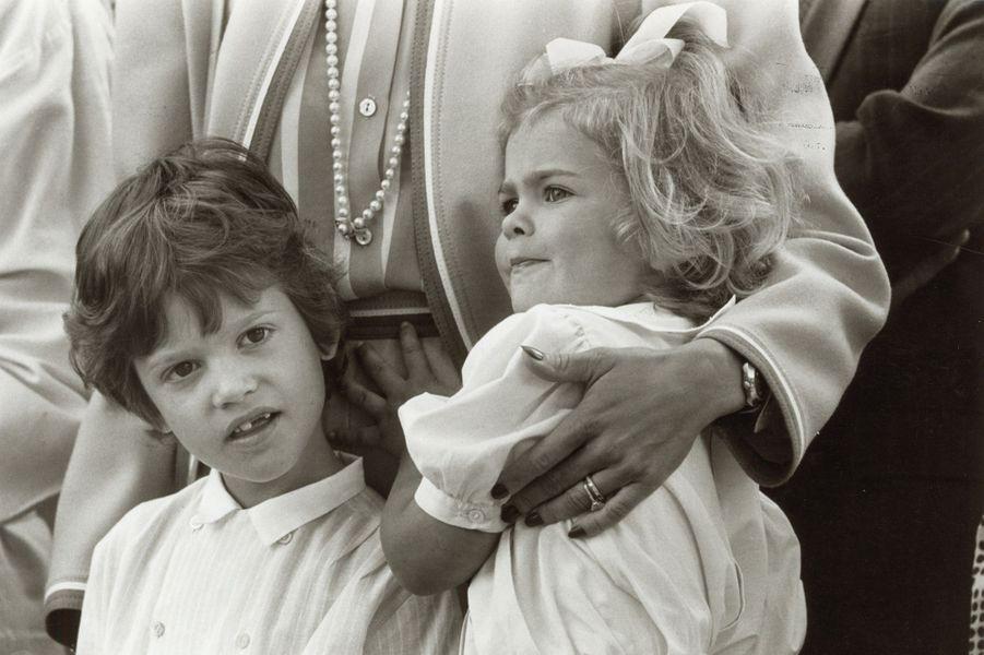 La princesse Madeleine de Suède avec son frère le prince Carl Philip, en 1986