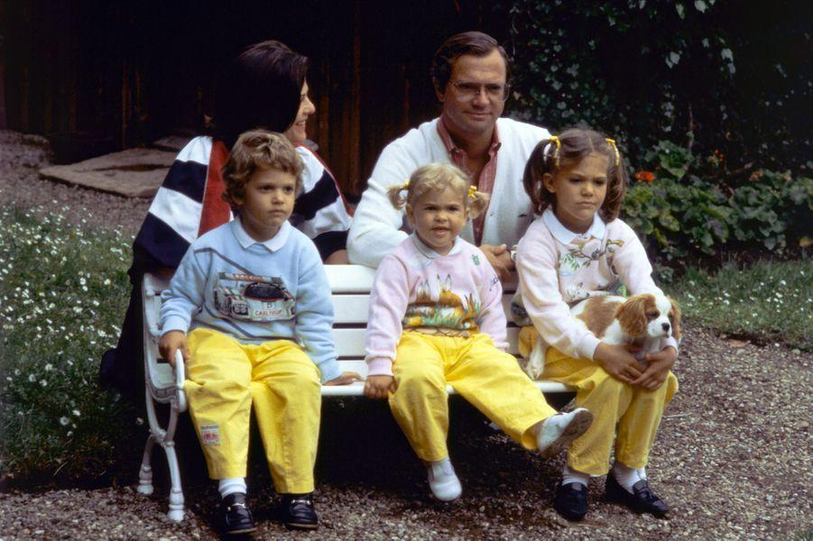 La princesse Madeleine de Suède avec ses parents, sa soeur et son frère, le 27 juin 1984