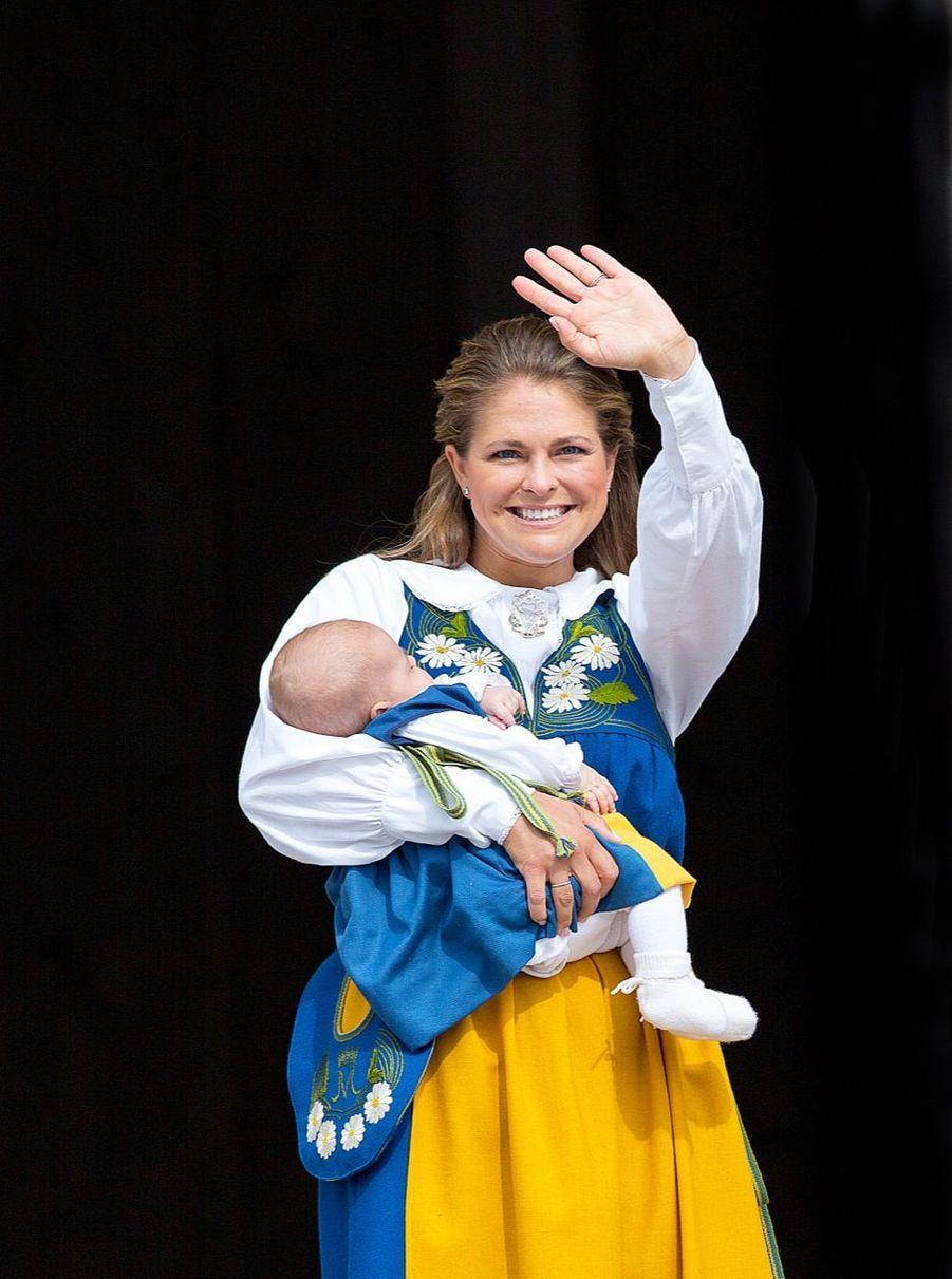 La princesse Madeleine présente Leonore, devant le palais de Stockholm, le 6 juin 2014