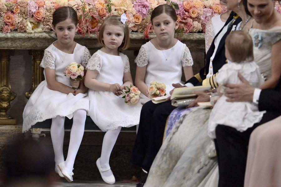 La princesse Estelle de Suède (au centre) parmi les demoiselles d'honneur, le 13 juin 2015