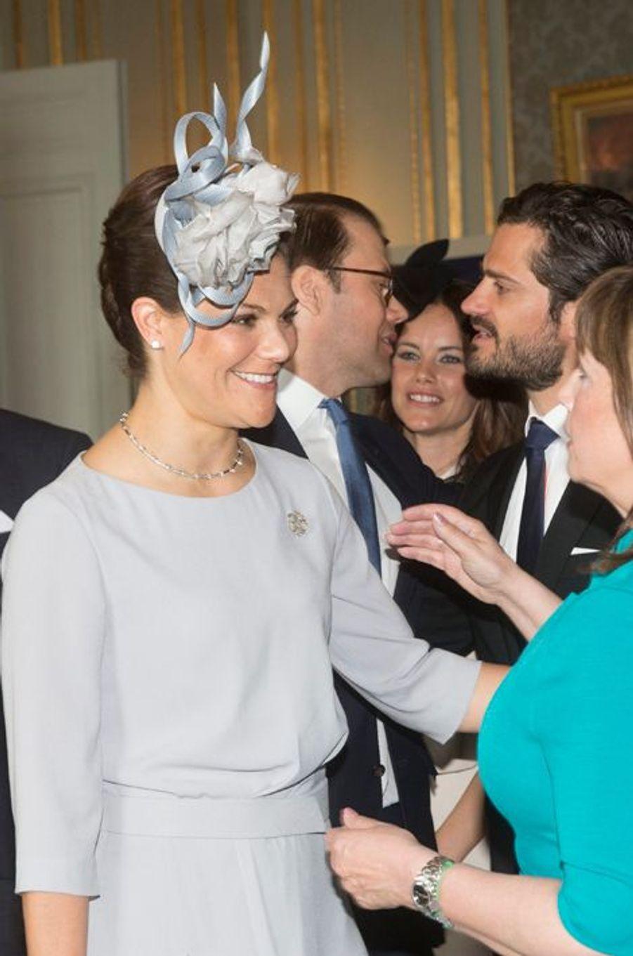 La princesse Victoria et la mère de Sofia Hellqvist au Palais royal à Stockholm, le 17 mai 2015