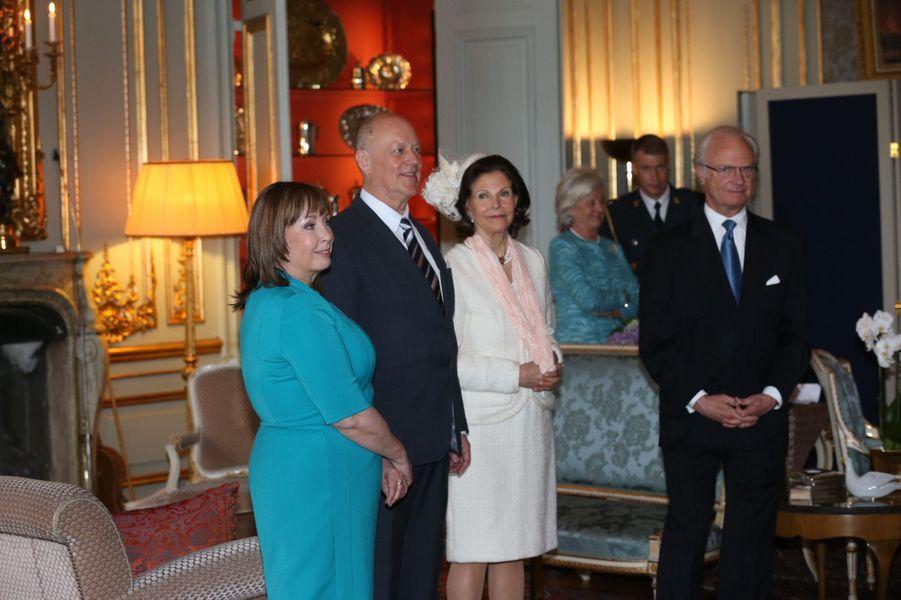 La reine Silvia et le roi Carl XVI Gustaf avec les parents de Sofia Hellqvist au Palais royal à Stockholm, le 17 mai 2015
