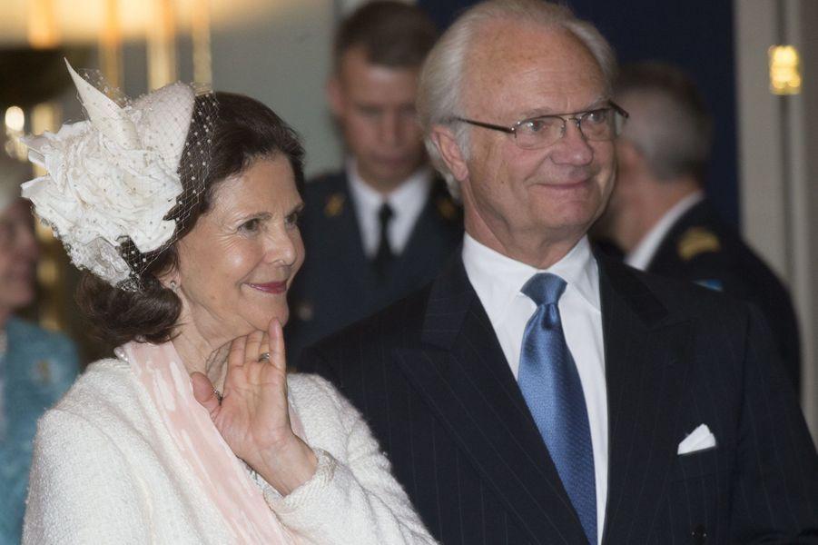 La reine Silvia et le roi Carl XVI Gustaf de Suède au Palais royal à Stockholm, le 17 mai 2015