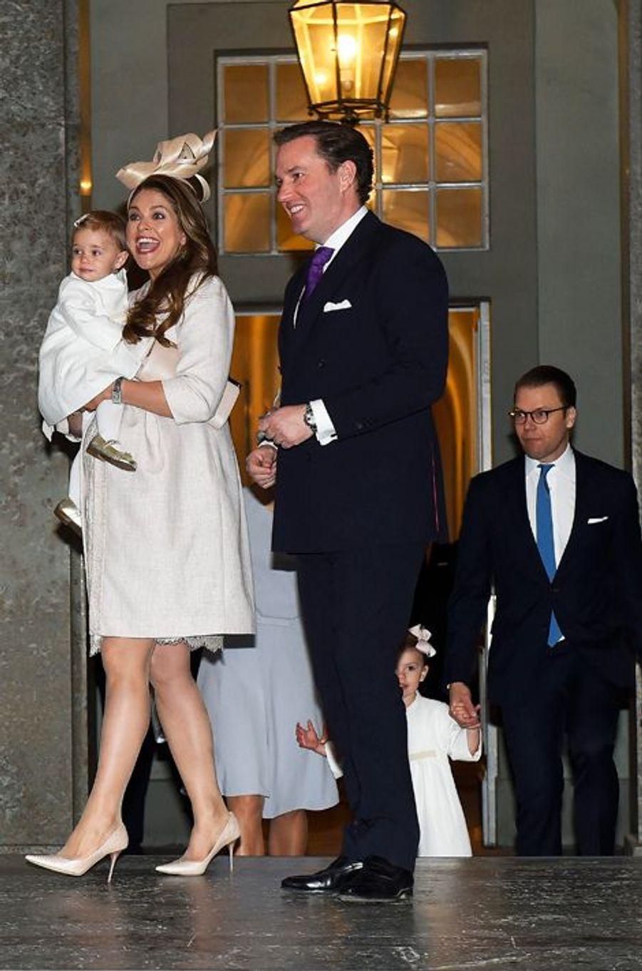 Les princesses Madeleine et Leonor avec Christopher O'Neill dans la Chapelle royale de Stockholm, le 17 mai 2015