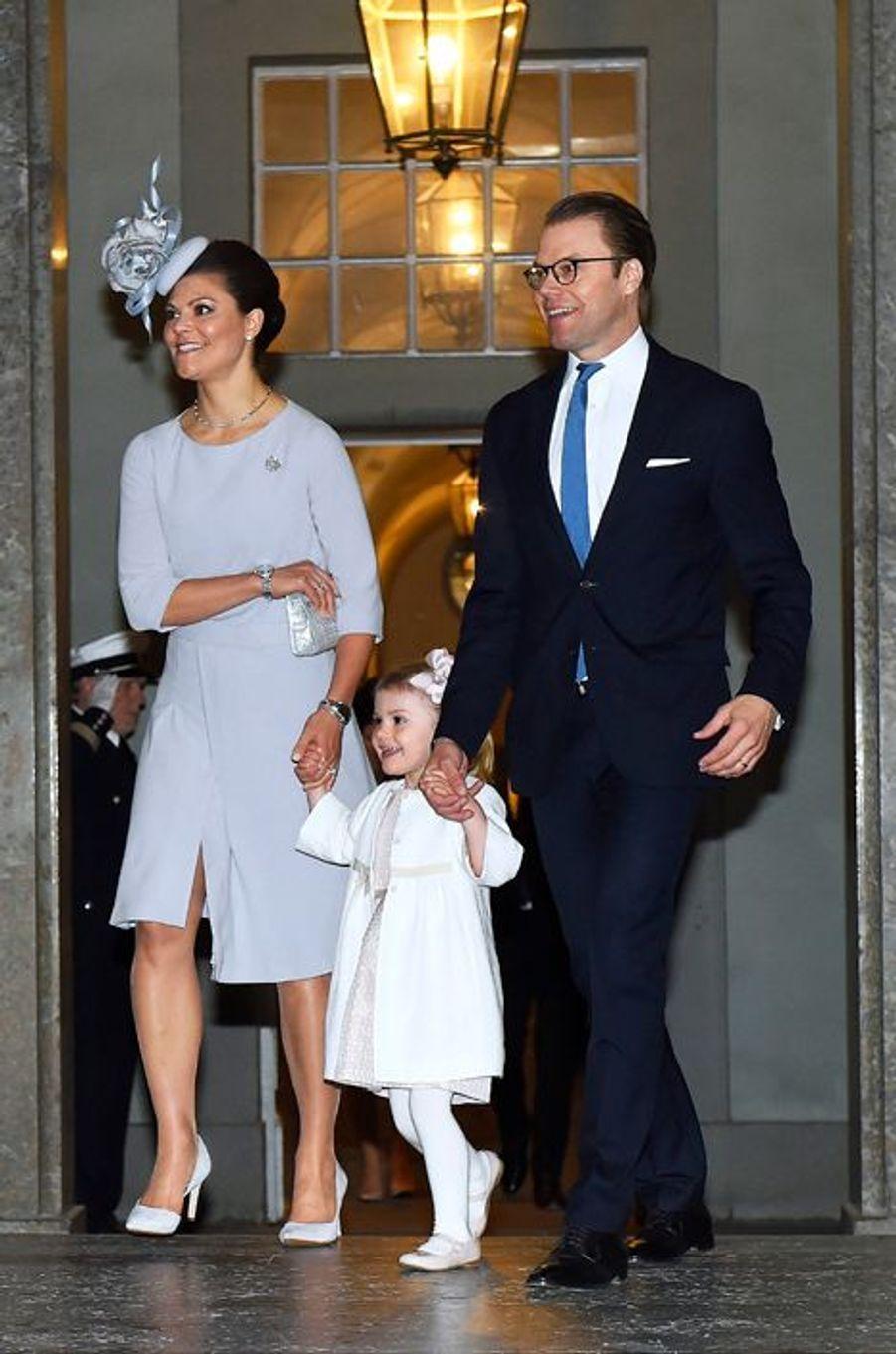 Les princesses Victoria et Estelle avec le prince consort Daniel au Palais royal à Stockholm, le 17 mai 2015