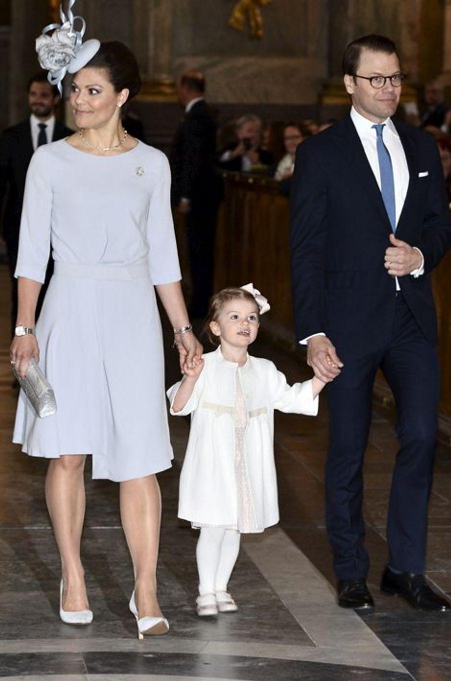 Les princesses Victoria et Estelle avec le prince consort Daniel dans la Chapelle royale de Stockholm, le 17 mai 2015