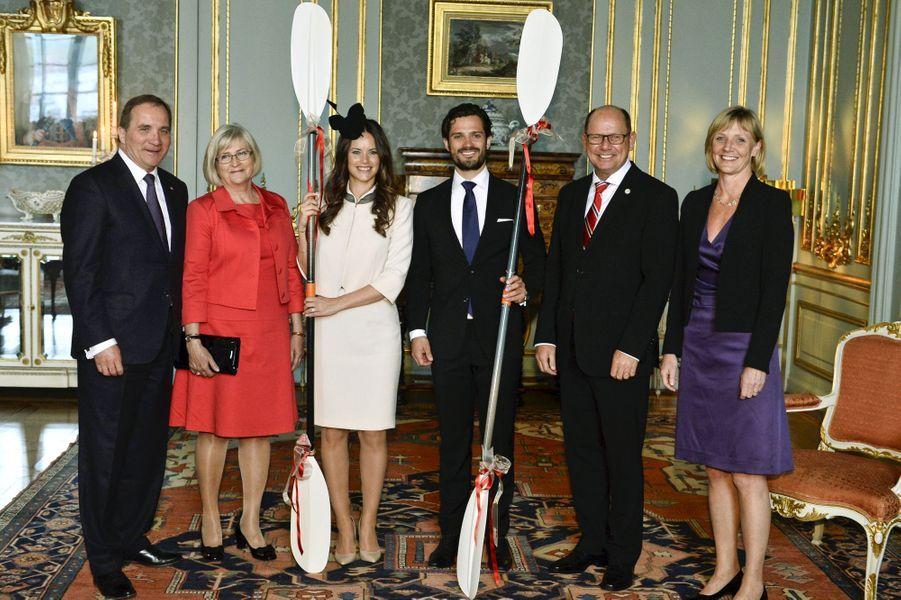 Sofia Hellqvist et le prince Carl Philip, avec le Premier ministre et le président du Parlement et leurs épouses, à Stockholm, le 17 mai 2015