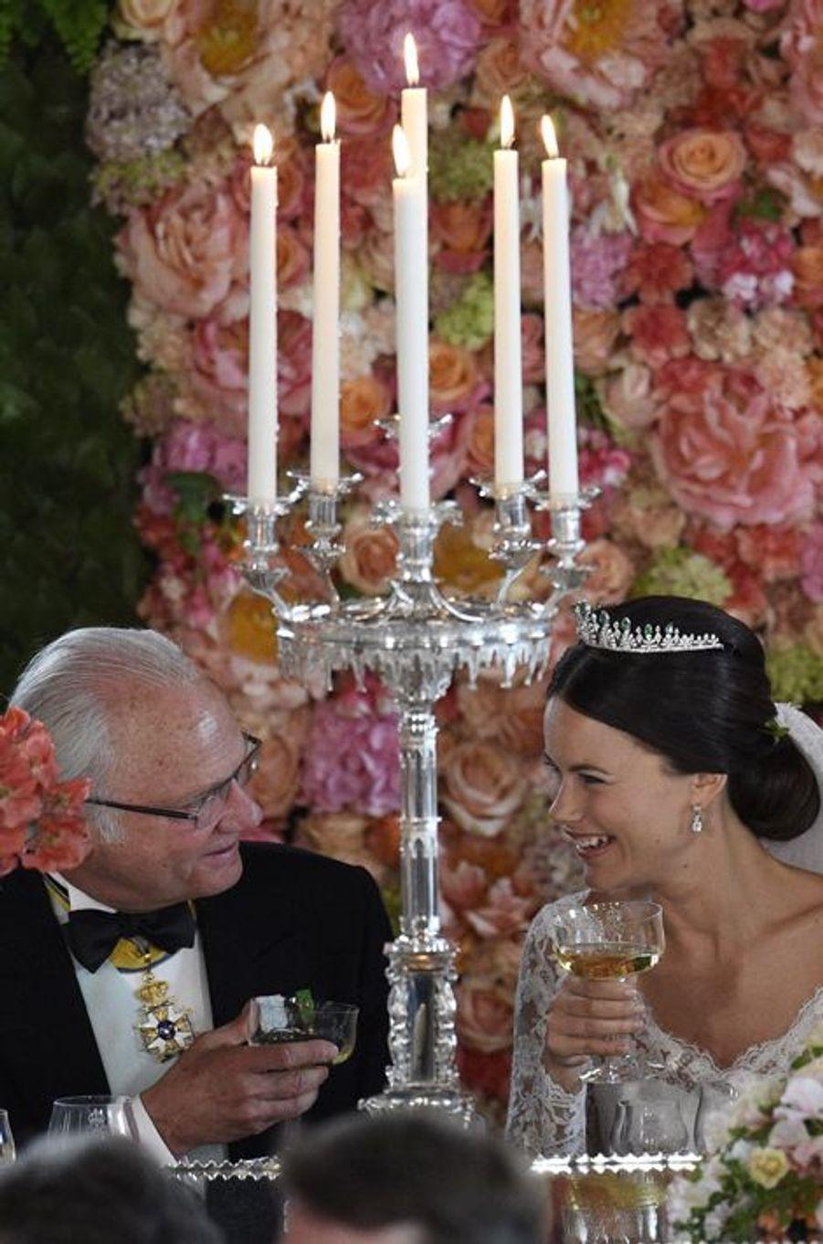 La princesse Sofia, avec le roi Carl XVI Gustaf de Suède, lors du dîner de son mariage, le 13 juin 2015
