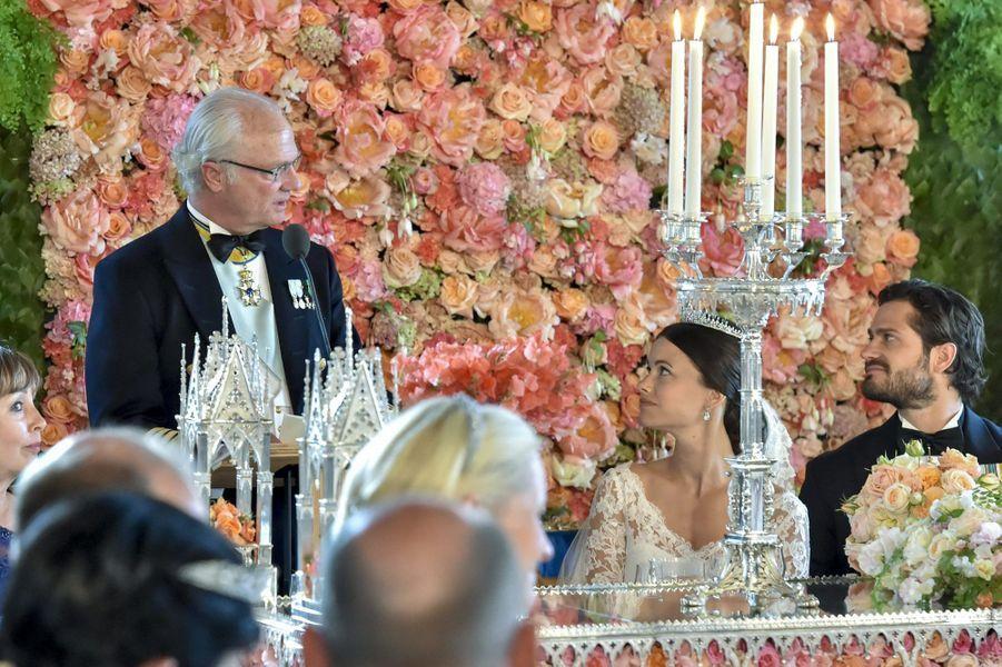 La princesse Sofia et le prince Carl Philip, avec le roi Carl XVI Gustaf, lors du dîner de leur mariage, le 13 juin 2015