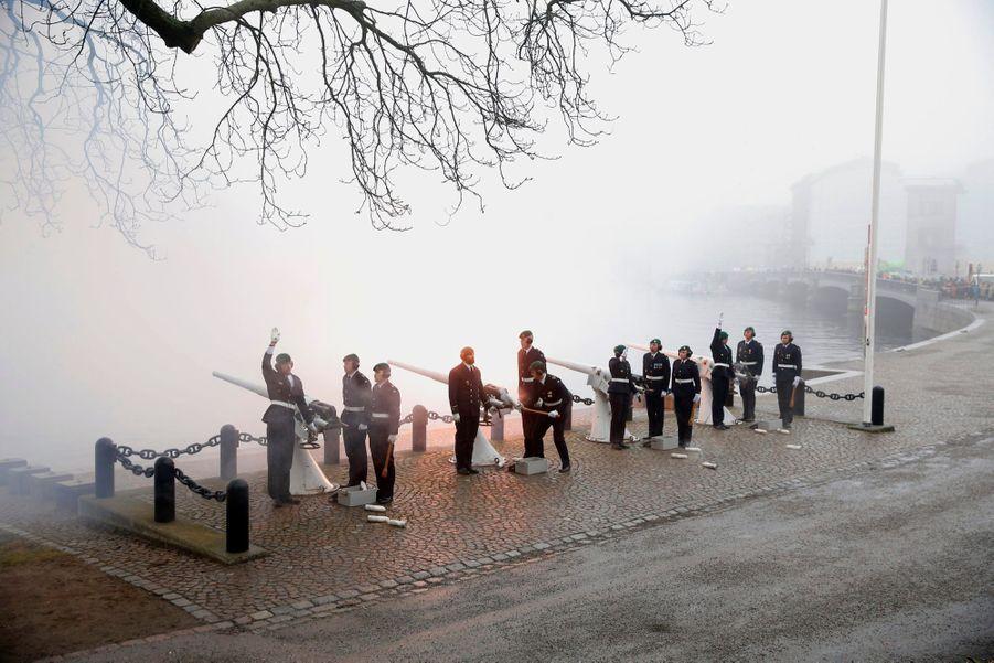 La naissance du prince a été saluée par des coups de canon, tirés depuis l'île de Skeppsholmen, à Stockholm