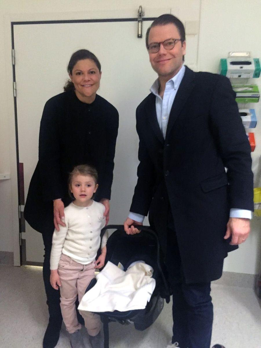 La première photo de la petite famille, prise à la maternité de l'hôpital Karolinska de Stockholm