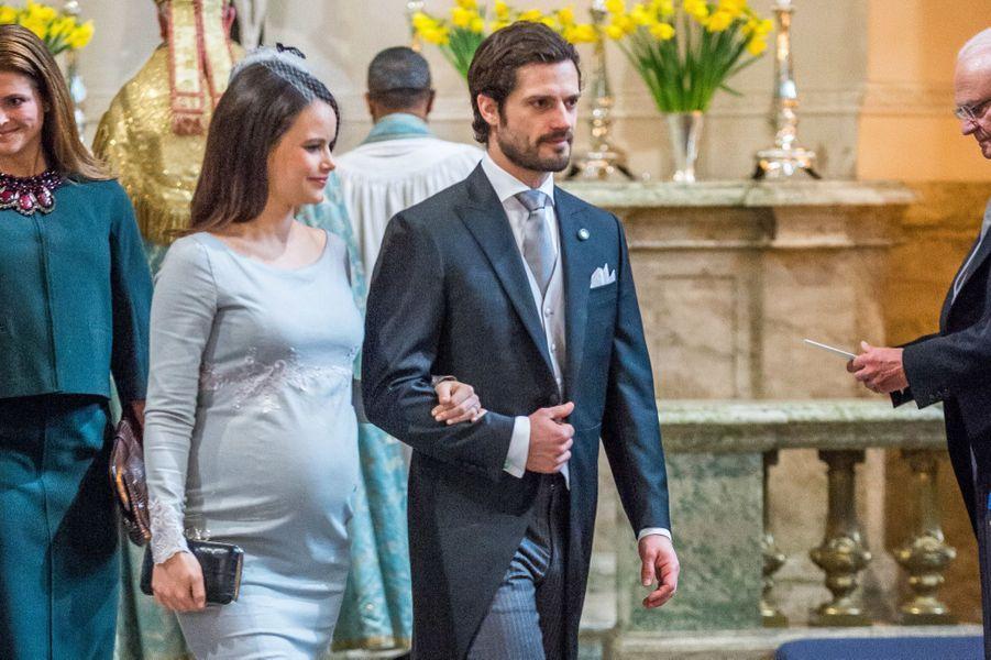 Le prince Carl Philip et son épouse, enceinte, Sofia, lors de la cérémonie en la chapelle royale