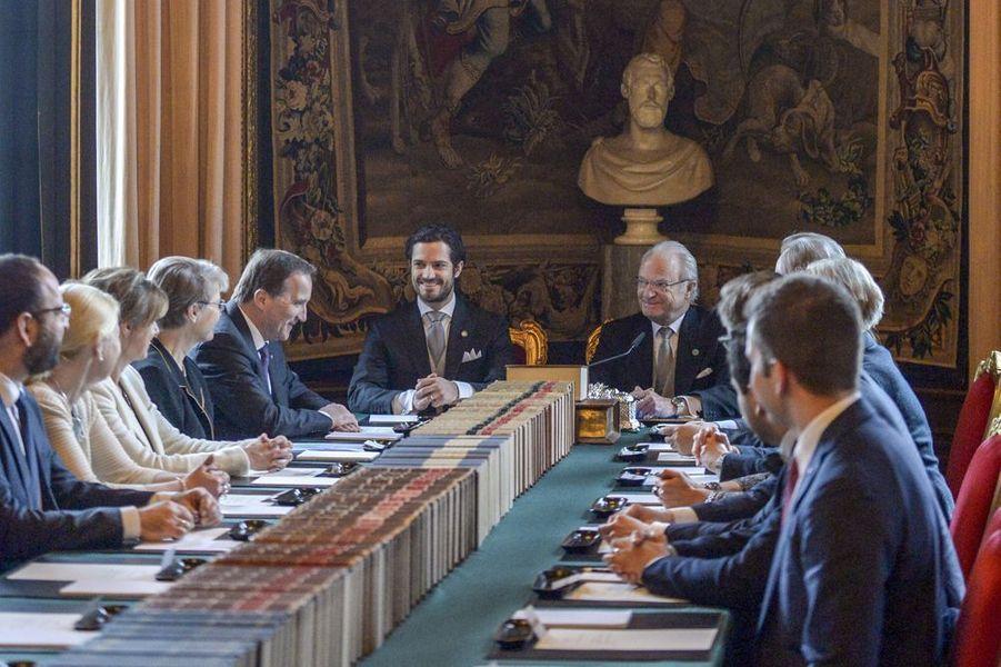 Le roi Carl XVI Gustaf lors du conseil extraordinaire au palais royal de Stockholm