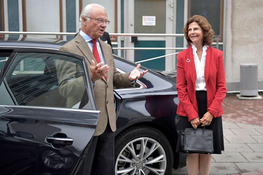 La reine Silvia et le roi Carl XVI Gustaf de Suède arrivent pour voir le bébé de Sofia et Carl Philip, à Stockholm le 31 août 2017