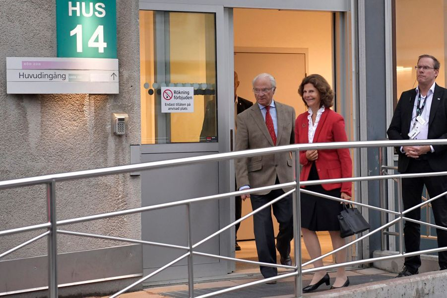 La reine Silvia et le roi Carl XVI Gustaf de Suède ressortent de l'hôpital de Danderyd à Stockholm, le 31 août 2017