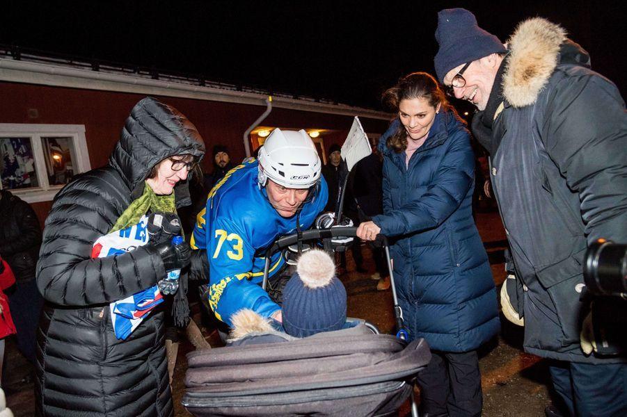 La princesse Victoria de Suède avec le prince Oscar et le prince consort Daniel et ses parents à Ockelbo, le 25 janvier 2018