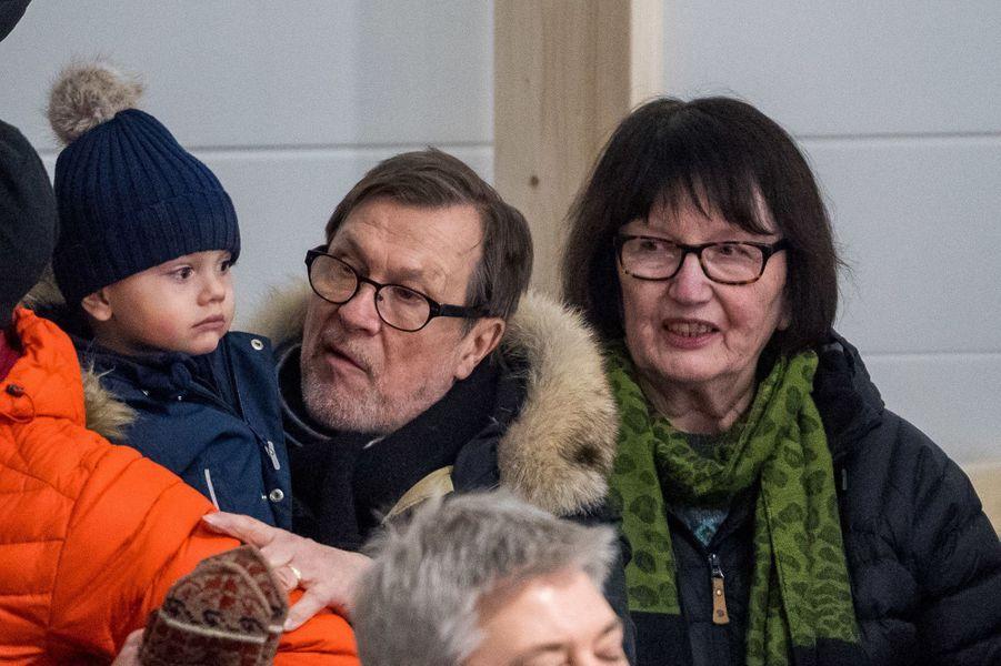 Le prince Oscar de Suède avec ses grands-parents Olle et Ewa Westling à Ockelbo, le 25 janvier 2018