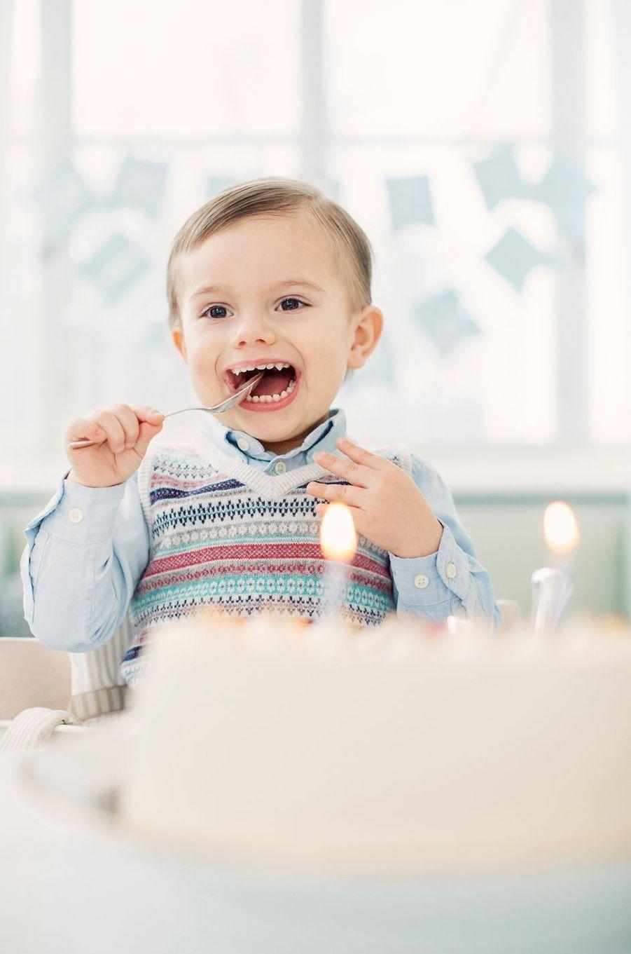 Le prince Oscar de Suède devant son gâteau d'anniversaire. Photo diffusée pour ses 2 ans, le 2 mars 2018