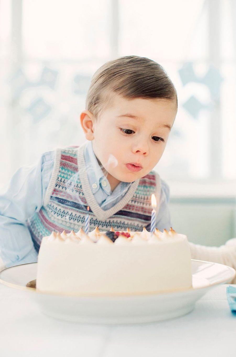 Le prince Oscar de Suède souffle ses bougies. Photo diffusée pour ses 2 ans, le 2 mars 2018