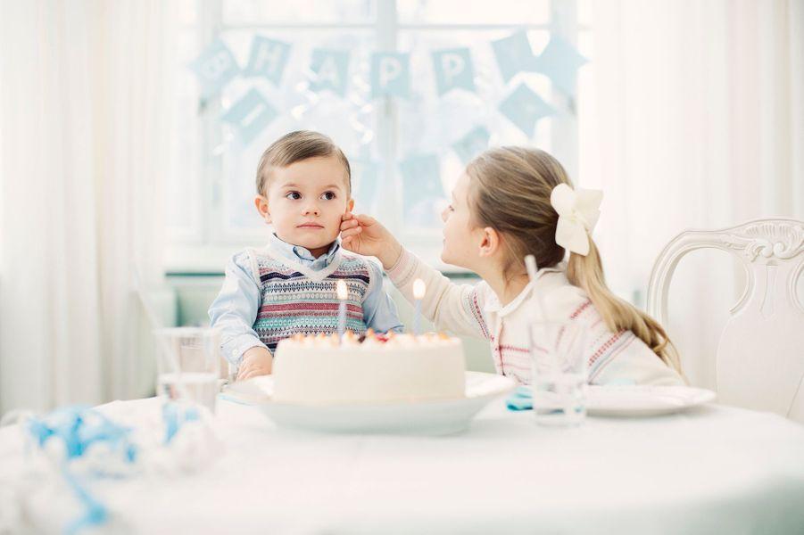 Le prince Oscar de Suède avec sa sœur la princesse Estelle de Suède. Photo diffusée pour ses 2 ans, le 2 mars 2018