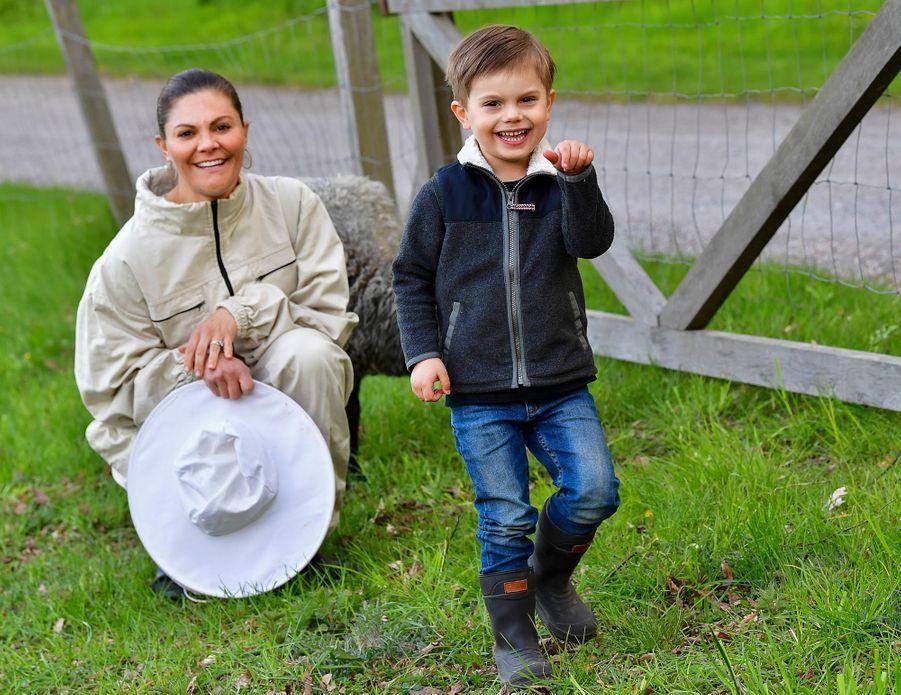 Le prince Oscar de Suède avec sa mère la princesse Victoria dans le parc de Haga à Solna, le 18 mai 2020