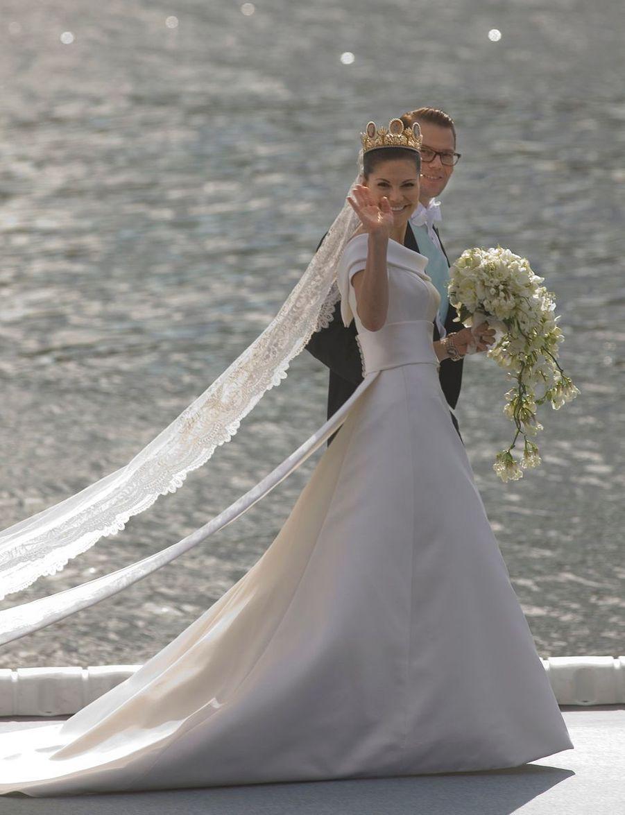 La princesse Victoria de Suède dans sa robe de mariée de Pär Engsheden, le 19 juin 2010
