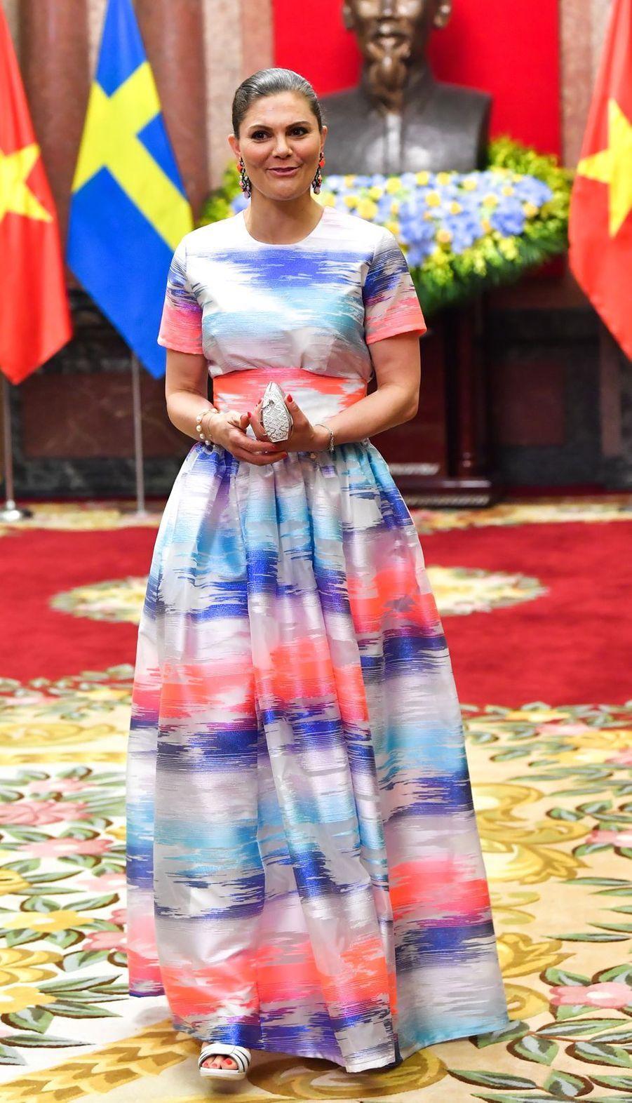La princesse Victoria de Suède dans une robe Max Jenny à Hanoi, le 6 mai 2019