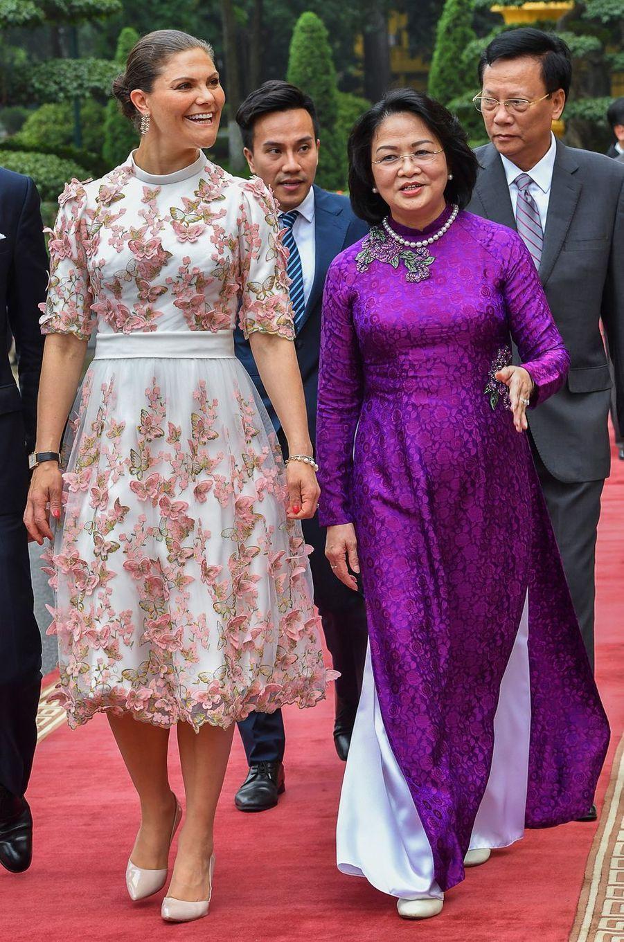 La princesse Victoria de Suède dans une robe Pär Engsheden à Hanoi, le 6 mai 2019