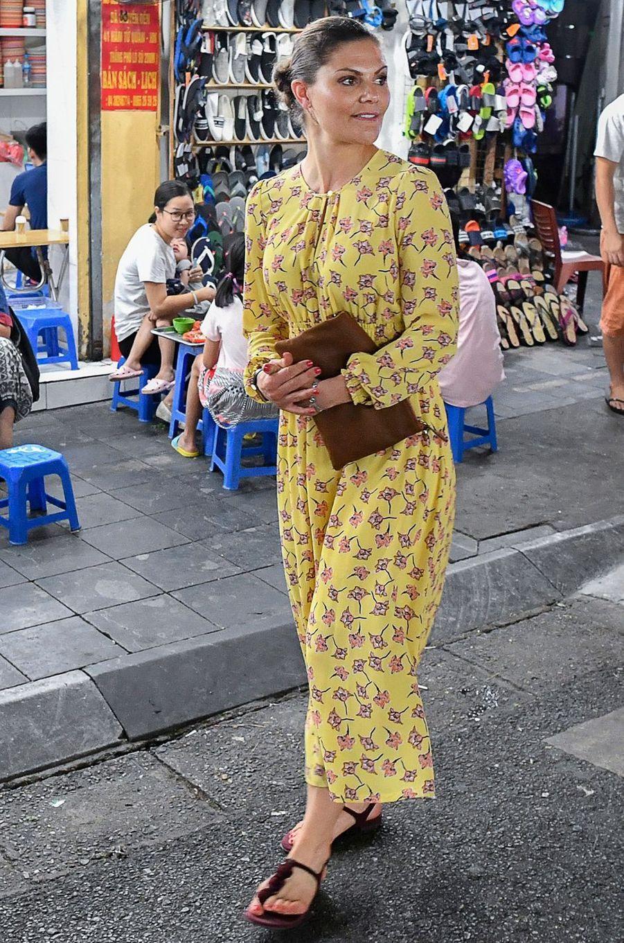 La princesse Victoria de Suède dans une robe Baum und Pferdgarten à Hanoi, le 6 mai 2019