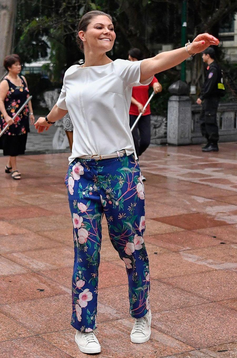 La princesse Victoria de Suède dans un pantalon by Malina à Hanoi, le 8 mai 2019