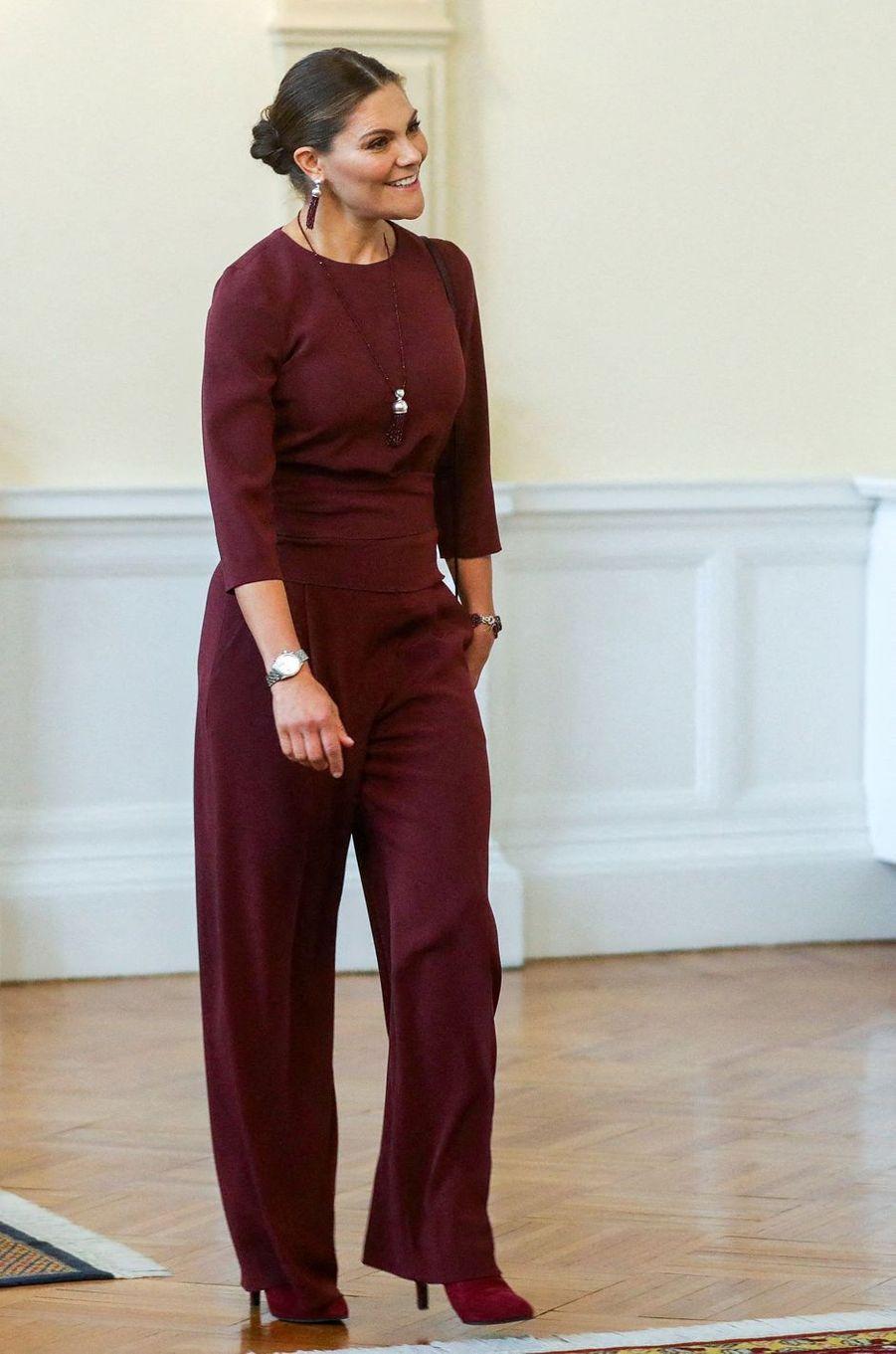 La princesse Victoria de Suède dans un ensemble pantalon Andiata en Bosnie-Herzégovine, le 6 novembre 2019