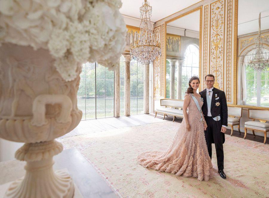 La princesse héritière Victoria de Suède et le prince consort Daniel dans le pavillon Gustav III à Haga. Portrait réalisé pour leurs 10 ans de mariage, le 19 juin 2020