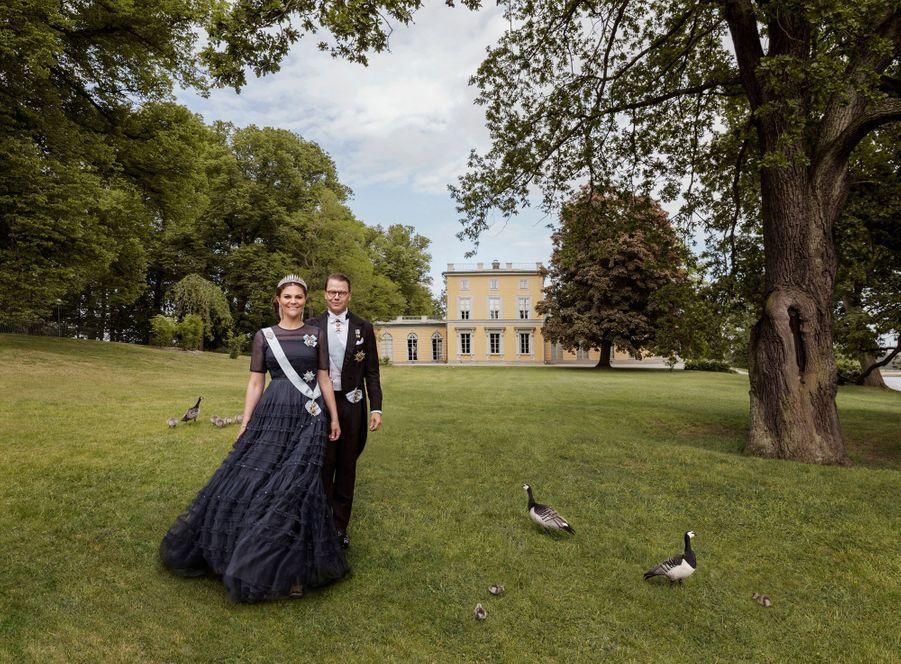 La princesse héritière Victoria de Suède et le prince consort Daniel devant le pavillon Gustav III à Haga. Portrait réalisé pour leurs 10 ans de mariage, le 19 juin 2020