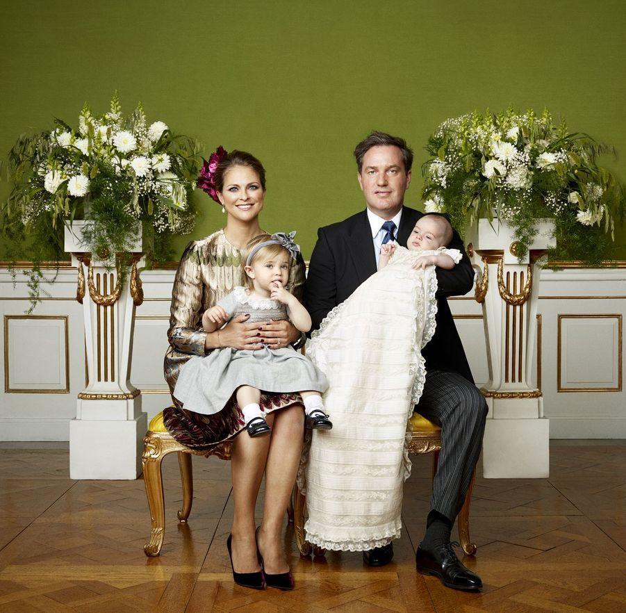 La princesse Madeleine de Suède et Christopher O'Neill avec leur fils le prince Nicolas, pour la photo officielle de son baptême, le 11 octobre...