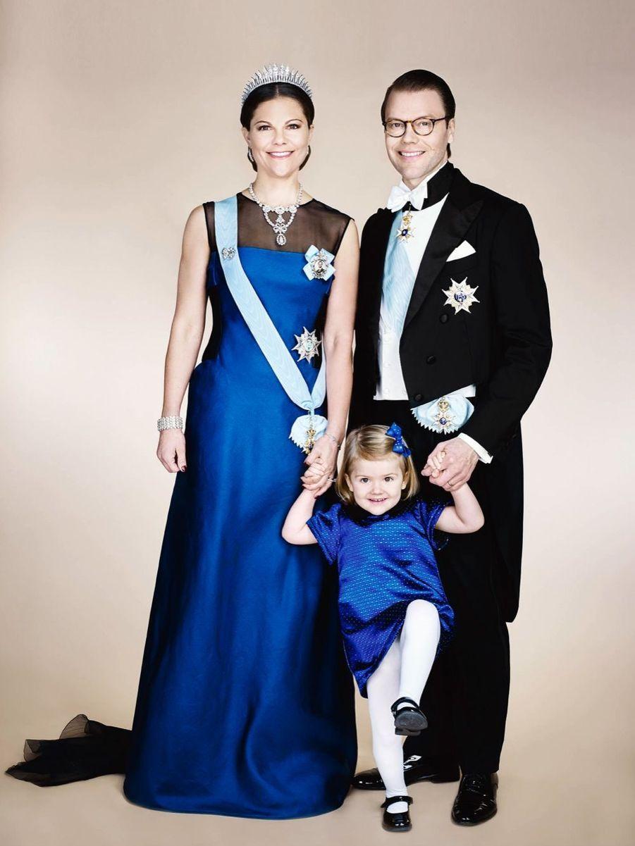 Le nouveau portrait officiel de la princesse héritière Victoria de Suède, de son époux le prince Daniel et de leur fille le princesse Estelle, l...