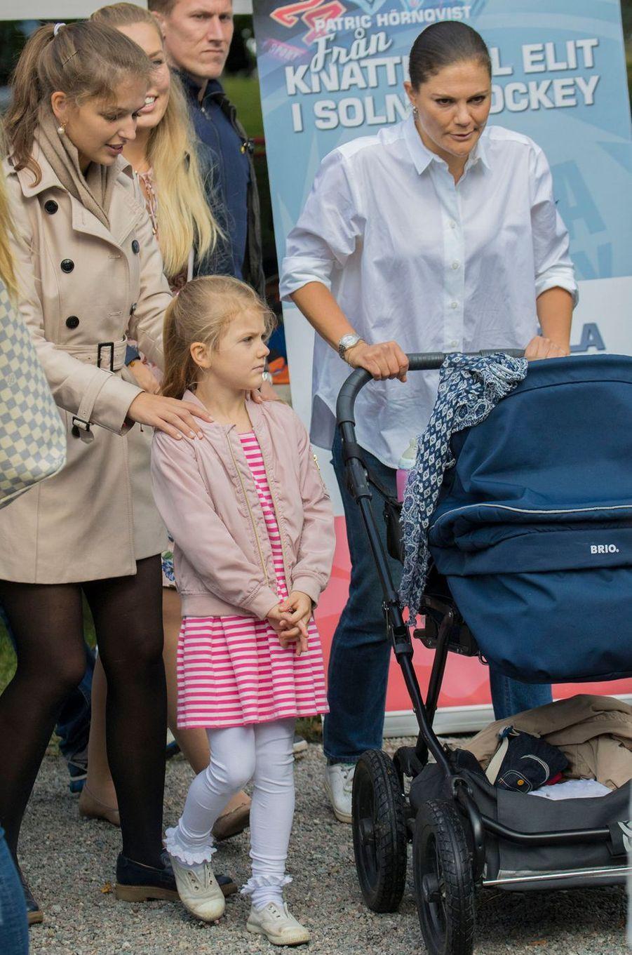 La princesse Victoria de Suède avec ses enfants la princesse Estelle et le prince Oscar à Solna, le 10 septembre 2017