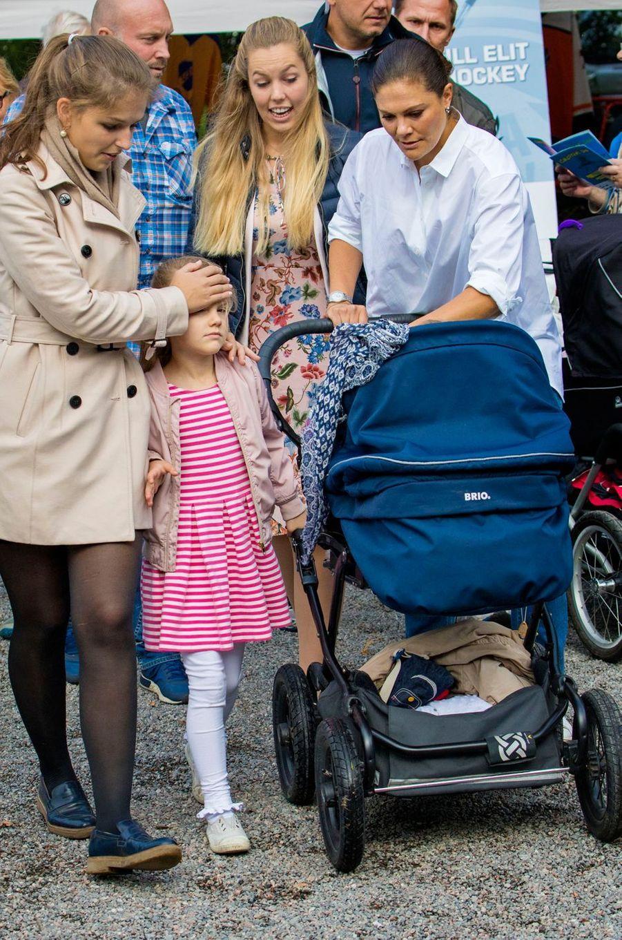 La princesse Victoria de Suède et ses enfants la princesse Estelle et le prince Oscar à Solna, le 10 septembre 2017
