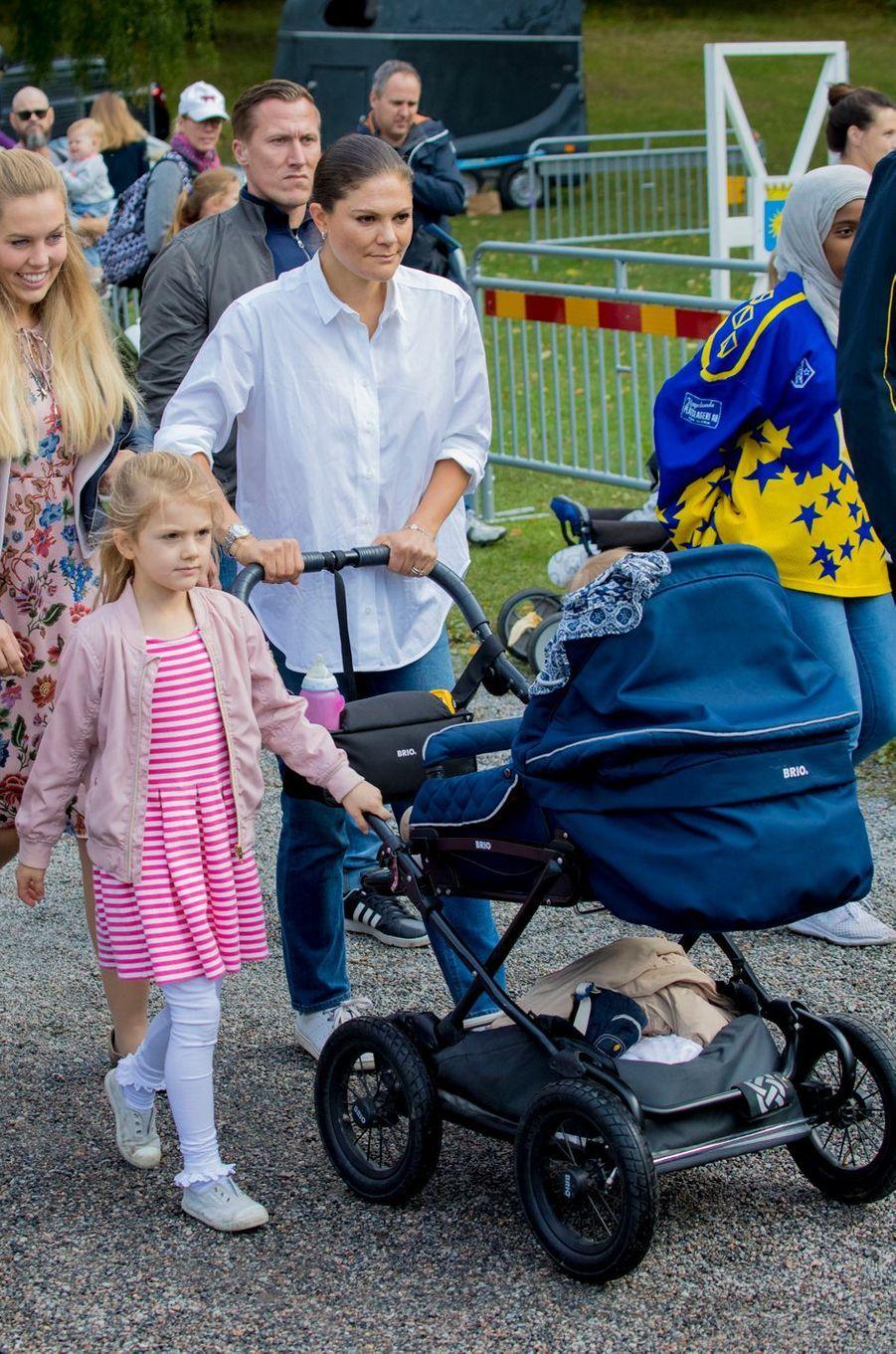 La princesse Victoria de Suède avec la princesse Estelle et le prince Oscar à Solna, le 10 septembre 2017