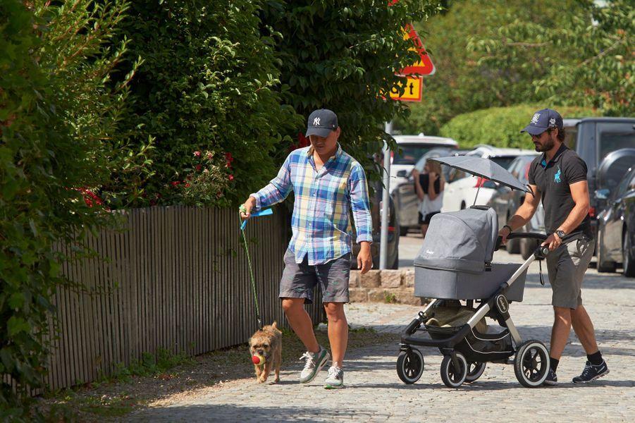 Le prince Carl Philip de Suède promène son bébé le prince Alexander avec son chien Siri à Bastad, le 4 août 2016