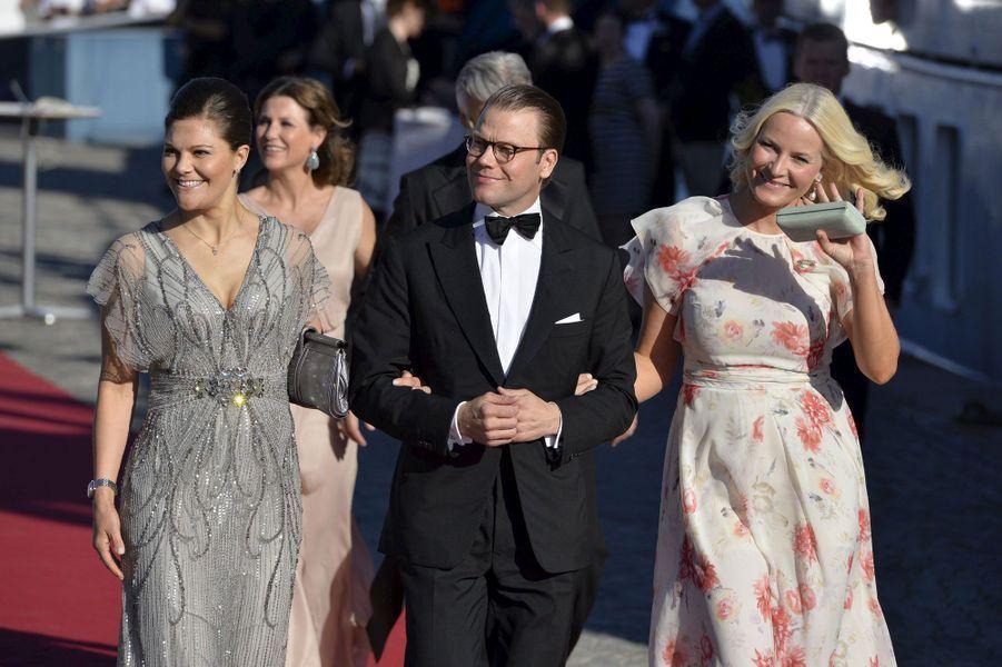 Victoria de Suède, Daniel, Mette-Marit de Norvège précèdent la princesse Märtha Louise et Ari Behn