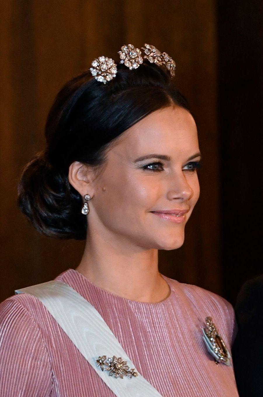 La princesse Sofia de Suède porte la Four button tiara à Stockholm, le 11 décembre 2016