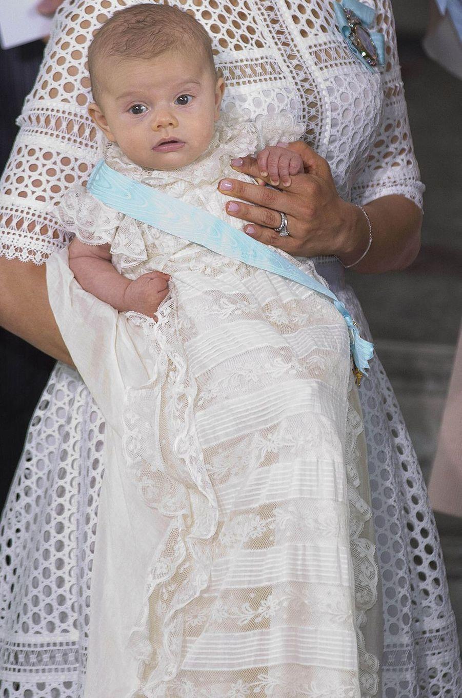 Le prince Oscar dans la robe de baptême de la famille royale de Suède à Stockholm, le 27 mai 2016