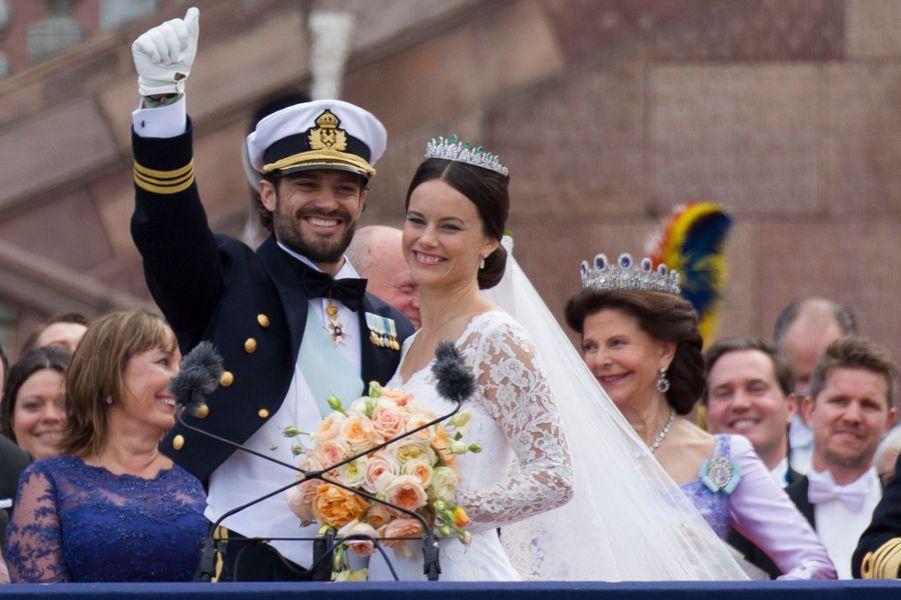 Sofia Hellqvist, avec le prince Carl Philip de Suède, le jour de son mariage le 13 juin 2015