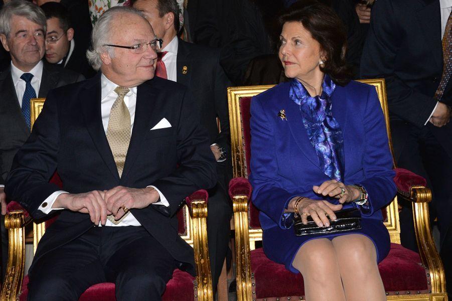 La reine Silvia et le roi Carl XVI Gustaf de Suède au concert de la Sainte-Lucie dans la cathédrale Notre-Dame de Paris, le 6 décembre 2016